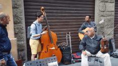 Un Coréen se joint à un groupe de musiciens de rue