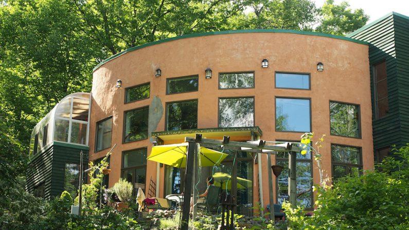 Une maison de paille en construction autogérée