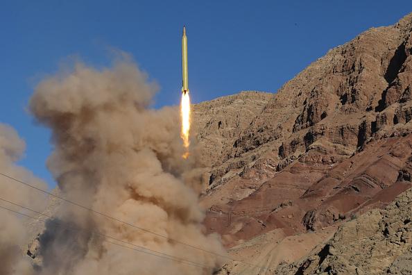 L'Iran défie la communauté internationale et effectue un test de tir de missiles