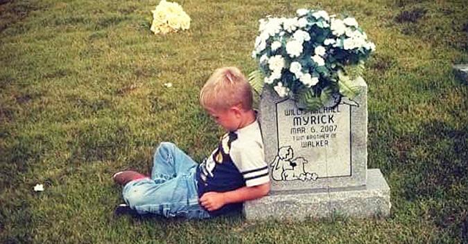 L'histoire derrière les photos d'un garçon de 5 ans parlant à la tombe de son jumeau émeut aux larmes