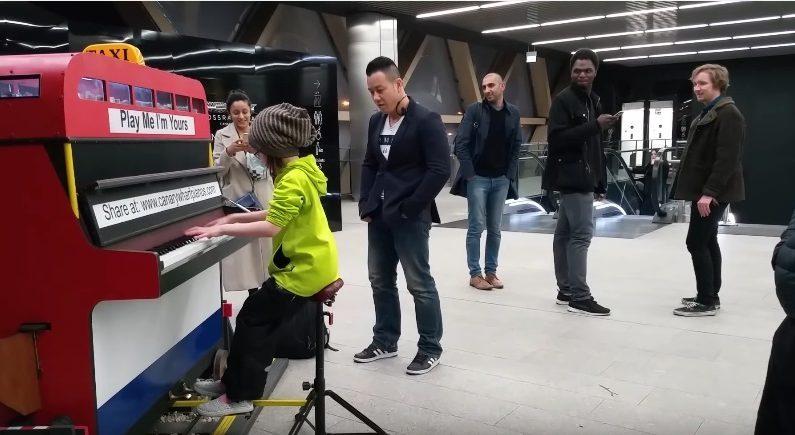 L'incroyable performance d'une enfant de 9 ans sur un piano de gare
