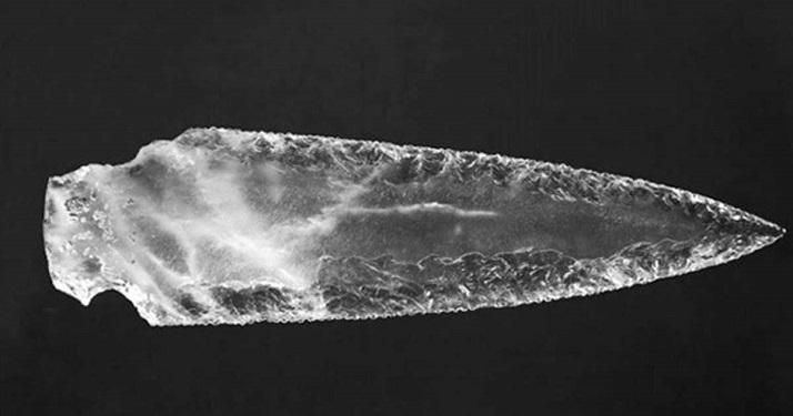 Des armes en cristal découvertes dans une tombe mégalithique vieille de 5000 ans en Espagne