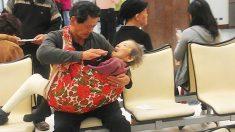 À fendre le cœur! Photo d'un fils berçant sa vieille mère malade
