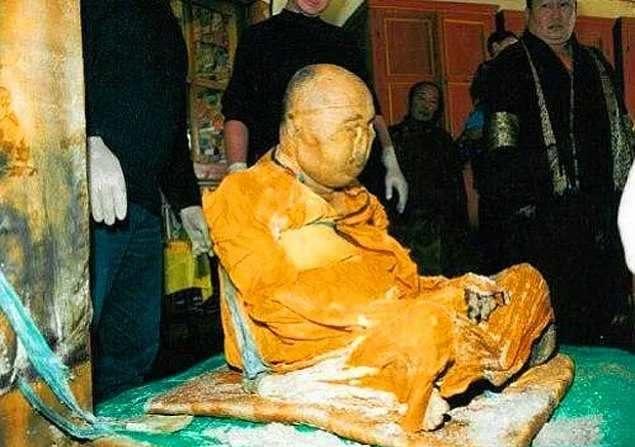 Le corps d'un moine miraculeusement intact 80 ans après sa mort