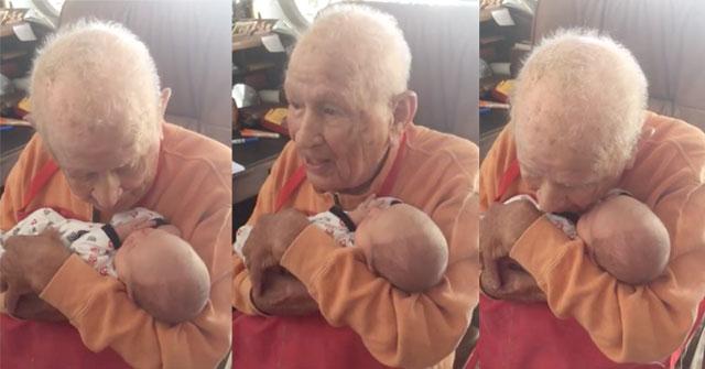 Cet arrière-grand-père était ému quand il a eu la chance de tenir dans ses bras son arrière-petit-fils de 5 jours
