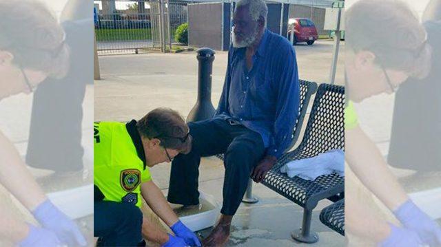 Un agent de police nettoie les pieds d'un homme sans abri, un chaleureux moment capturé à Houston