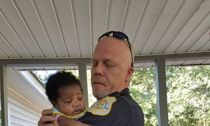 Le policier qui a sauvé la vie d'un bébé en train de s'étouffer ne savait pas que cela changerait la sienne