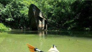 Des explorateurs découvrent un vieux bateau fantôme rouillé dans la rivière Ohio. Ils sont fascinés en apprenant son histoire épique