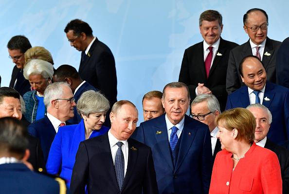 La Première ministre britannique dénonce les «actes hostiles» de la Russie