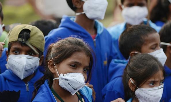 Pulvériser de l'eau pour réduire la pollution atmosphérique galopante à New Delhi
