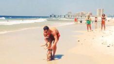 Sur la place, le papa se penche, attrape sa petite fille – et elle s'envole – devant des spectateurs médusés