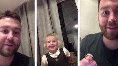 L'amoureux d'une petite fille lui fait sa demande avec l'alliance en diamant de sa mère