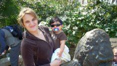 La détresse d'une mère devant son fils incapable de sourire. Elle se souvient alors que le médecin avait fait tomber son nouveau-né