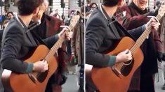 Un musicien de rue jouait comme d'habitude, mais quand la « vedette » dans la foule demande le micro, il est abasourdi