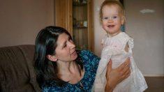 Un bébé abandonné sans bras est adopté. Un an plus tard, elle est devenue une sensation en ligne
