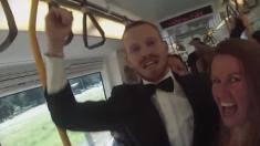 Un gars prend le train pour 'répandre le bonheur' - la réaction qu'il obtient est géniale