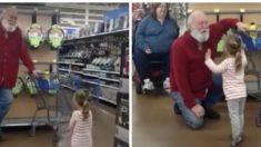 Cette fillette de 3 ans pensait avoir trouvé le Père Noël au magasin - et leur rencontre féérique prouve que ça pourrait bien être le vrai !