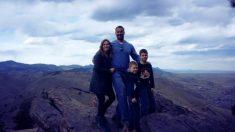 Une famille paie une photographe professionnelle pour des photos - mais attendez de voir ce qu'elle a photoshoppé