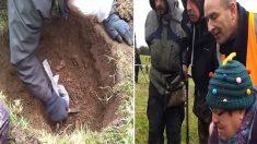 Le détecteur de métaux d'un chasseur de trésors bipe soudainement – il commence alors à creuser et fait une découverte fantastique