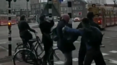 Vidéo- Aux Pays-Bas les passants s'accrochent à des poteaux pour ne pas s'envoler