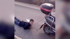 Une mère chinoise accusée d'avoir puni son fils en le tirant au sol... attaché à un scooter