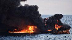 Après 8 jours d'incendie, un pétrolier iranien coule en mer de Chine et provoque une gigantesque marée noire