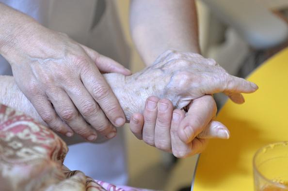 Une infirmière en EHPAD épuisée interpelle la ministre de la Santé