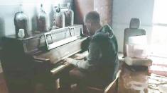 Ce pianiste jouant au milieu d'une inondation fut un symbole d'espoir face à l'ouragan Harvey - quand une musicienne connue le voit, elle lui fait une offre exceptionnelle