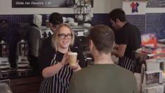 Il commande un café. Mais quand il voit ce qu'elle a écrit sur la tasse - il comprend le vrai danger