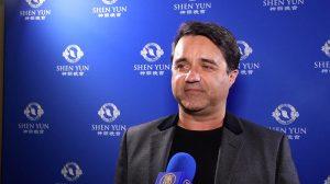 Un cinéaste ému aux larmes par Shen Yun