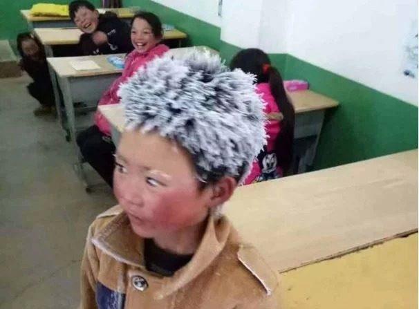 L'image émouvante d'un enfant aux cheveux gelés: il a marché 4,5 km pour se rendre à l'école