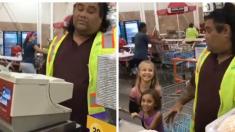 Deux petites filles enthousiastes que leur caissier soit un célèbre personnage Disney
