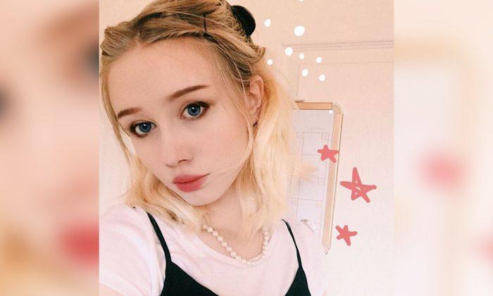 Une jeune fille souffrant d acné sévère arrête de se maquiller après une  prise de 6e9e03cedb1