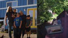Une famille de 5 personnes construit une MINI-maison - et je suis encore plus stupéfait de voir à quoi ressemble l'intérieur