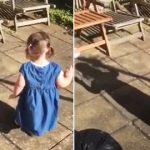 Une fillette découvre son ombre – la façon dont elle teste pour voir si elle est «vivante» est tout simplement adorable