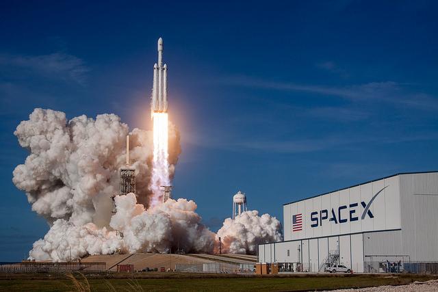 ÉTATS-UNIS – SpaceX envoie dans l'espace la fusée la plus puissante au monde et met une voiture en orbite