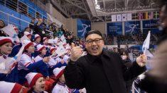 Les journalistes flirtent avec les pom-pom girls et la patronne de la propagande nord-coréenne