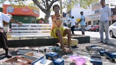 À 13 ans, un garçon sans bras réparait son camion jouet cassé - adulte, il est un célèbre fabricant de jouets brésilien