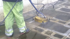 Un homme commence à nettoyer des trottoirs recouverts de crasse - c'est très agréable de les voir à l'oeuvre