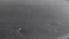 Une vidéo de surveillance montre un motard heurté et traîné par un camion, mais le fait qu'il en réchappe était prédestiné