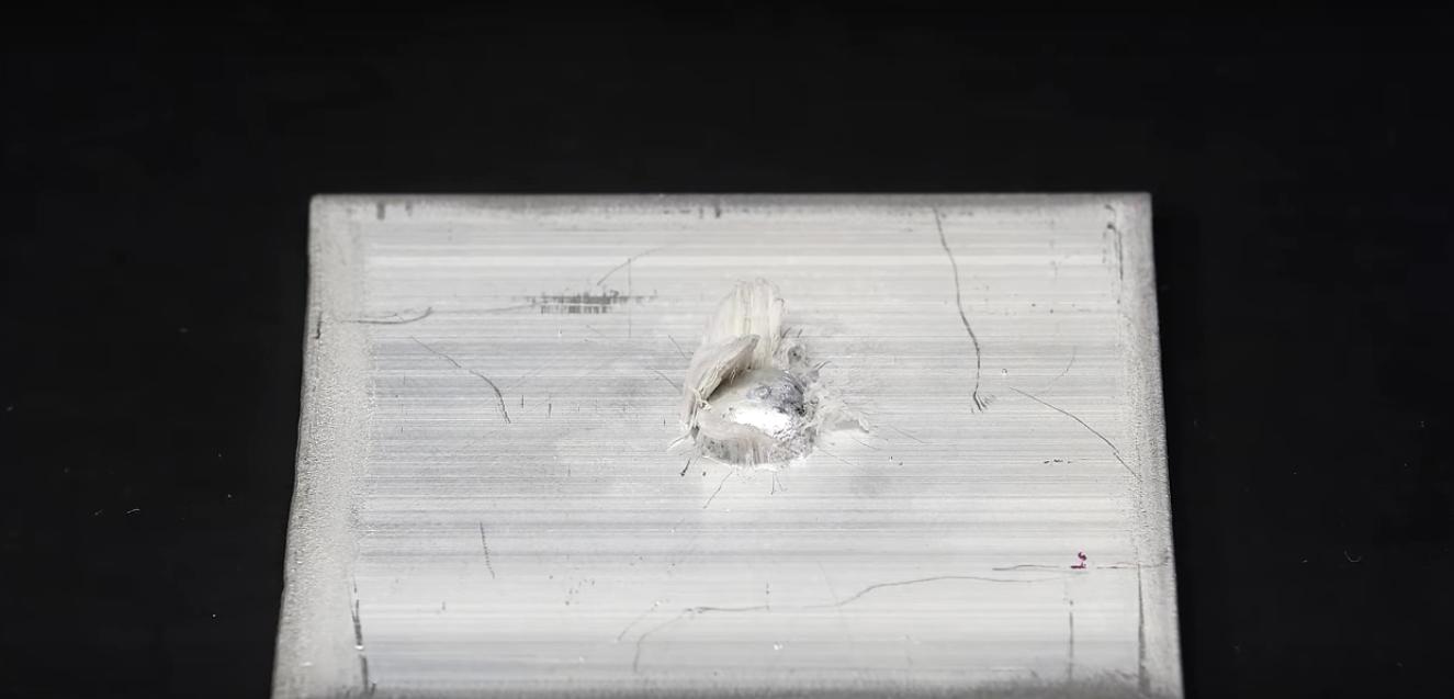 Un chimiste de youtube verse du mercure liquide sur une plaque d aluminium ce qui arrive - Faire briller aluminium oxyde ...