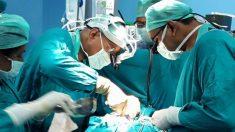 Un médecin qui fait une transplantation réalise que le cœur du donneur est trop petit pour convenir. Sa solution est géniale