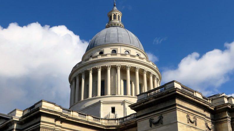 Quand un groupe clandestin de protection du patrimoine réparait en secret l'horloge du Panthéon de Paris
