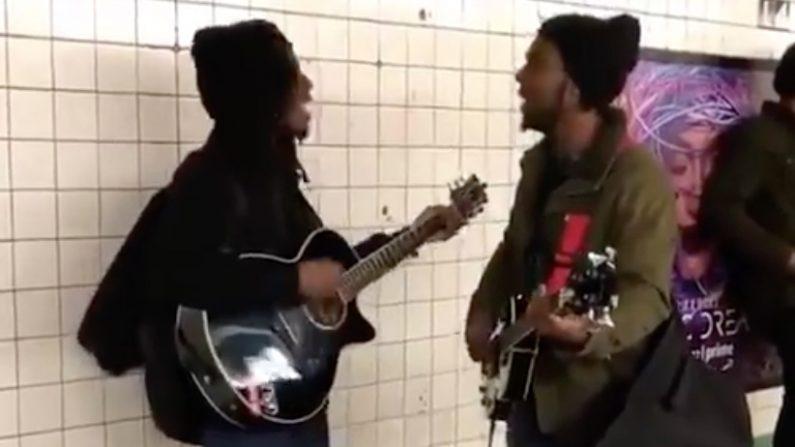 «John Lennon» et «Paul McCartney» chantent dans le métro de New York