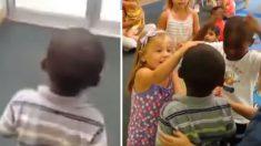 Après avoir été absent une semaine, ce garçon entre dans la salle de classe - comment la classe réagit, c'est adorable !