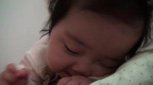 La réaction de ce bébé au réveil est la chose la plus mignonne que vous verrez aujourd'hui