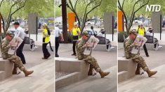 Une femme après avoir vu cet homme s'arrête pour le regarder à deux fois - quand elle s'approche, elle ne peut pas s'arrêter de crier