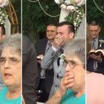Le marié attend patiemment que la mariée s'avance dans l'allée – quand il la voit enfin, il est subjugué par l'émotion