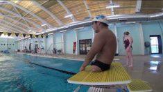 Né avec un bras et sans jambe, il a toutes ses chances quand il entre dans la piscine