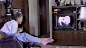 Une mère regardait la télévision, et soudain son fils apparaît à l'écran – puis, il arrive en chair devant elle